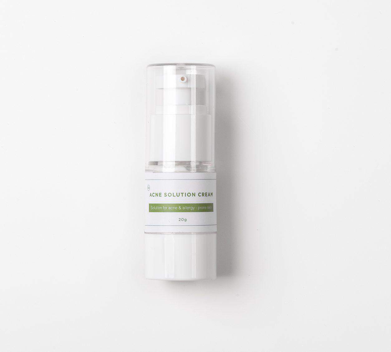 Nếu nàng là tín đồ của các sản phẩm organic (hữu cơ), thành phần lành tính gần gũi với thiên nhiên. Thì The Beauty Of Jones chính là lựa chọn dành cho nàng đây. Với công thức được điều chế riêng cho làn da mụn, nhạy cảm, tất cả thành phần trong kem trị mụn Acne Solution đều đảm bảo dịu nhẹ, an toàn cho mọi loại da. Ưu điểm nổi bật: + Kem mụn chứa tinh chất tràm trà-thành phần kháng viêm, giảm mụn sưng đỏ. Làm lành vết thương sau mụn và ngừa thâm, xẹp mụn chỉ sau 48h. + Kết cấu dạng kem lỏng, màu trắng. Khi bôi lên vùng da mụn sẽ khô lại làm tiêu viêm hoặc gom cồi mụn nhanh chóng. + Trị mụn nhưng không đẩy mụn, cơ chế hoạt động giúp đào thải vi khuẩn dưới lỗ chân lông lên bề mặt da. Nhân mụn sẽ được làm khô và từ từ trồi lên bề mặt giúp việc lấy nhân mụn dễ dàng hơn. + Thành phần thiên nhiên được kiểm nghiệm chặt chẽ từ sở y tế. Đảm bảo an toàn cho da mụn nhạy cảm kể cả phụ nữ có thai. Cảm nhận cá nhân: Nhiều bạn hay nghĩ sản phẩm đến từ thiên nhiên thì hiệu quả kém hơn so với các thành phần hóa học khác. Nhưng không phải đâu nha, do những thành phần thiên nhiên hay có đặc tính dịu nhẹ. Hiệu quả sẽ phát huy từ từ để da kịp thích nghi mà không gây kích ứng. Nên tụi mình hay có cảm giác hiệu quả chậm. Thế nhưng điều này mới đảm bảo an toàn cho da, chậm mà chắc. Sản phẩm có khả năng làm dịu, xẹp nốt mụn viêm chỉ sau 48 tiếng. Vì là kem đặc trị nên có thể làm khô da nên chỉ bôi lên nốt mụn chứ không thoa cả mặt