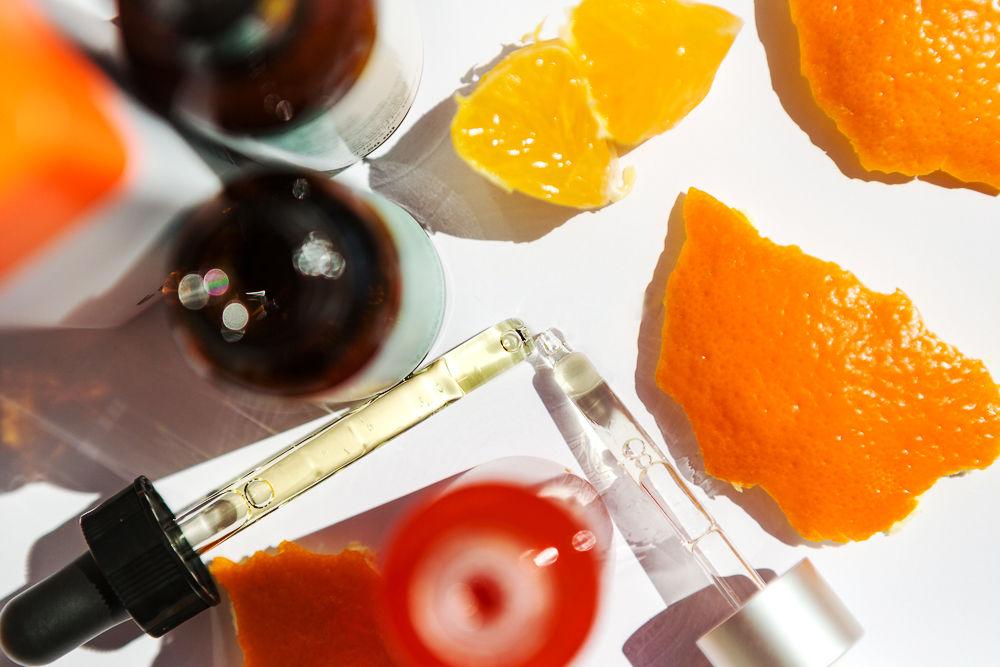 Về chức năng thì Vitamin C và AHA/BHA rõ ràng là không giống nhau. Vitamin C được biết đến như thần dược dưỡng trắng, se khít lỗ chân lông, ngăn ngừa lão hóa. Trong khi đó, AHA/BHA là chất giúp tẩy da chết, làm sạch sâu và thông thoáng lỗ chân lông. Nghe qua thì thấy nếu các thành phần này kết hợp chẳng phải là tạo ra một sản phẩm gần như là toàn diện hay sao. Vậy lý do gì chúng lại có mặt trong danh sách không thuộc về nhau này? Theo nghiên cứu của chuyên gia, AHA/BHA sẽ làm thay đổi nồng độ Vitamin C. Đồng thời vô hiệu hóa các hoạt chất của Vitamin C. Từ đó, các chức năng hoạt động của Vitamin C bị suy giảm và công dụng của AHA/BHA cũng bị giảm theo.