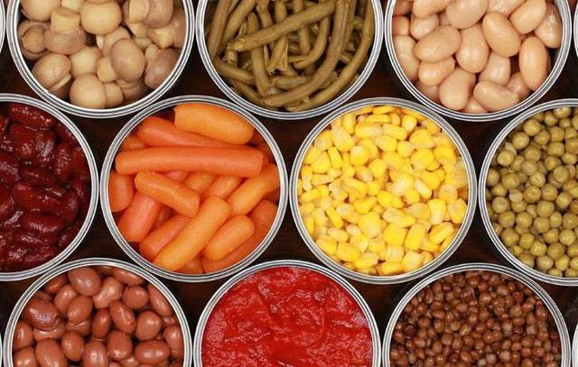 Thực phẩm chế biến và đóng gói sẵn không tốt cho sức khỏe và cả làn da của bạn. Bởi chúng được làm từ các chất phụ gia, hương liệu và hóa chất gây dị ứng. Đặc biệt, trong thực phẩm chế biến sẵn có một lượng đường, chất béo cao dẫn đến bệnh tiểu đường, mỡ bụng,.. Jones hiểu nhiều bạn vì tính chất công việc nên thường lựa chọn thực phẩm chế biến sẵn. Nhưng nếu kéo dài chế độ ăn uống thế này chẳng mấy chốc sức khỏe cũng như làn da của bạn sẽ bị ảnh hưởng nghiêm trọng. Cách tốt nhất là hãy sắp xếp thời gian để nấu cho mình những bữa ăn có nhiều chất dinh dưỡng, phù hợp với sức khỏe hơn nha.